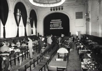 1935 Mieczysław Najdorf udziela symultany w Toruniu